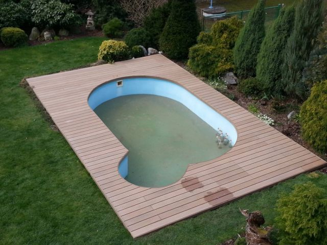 Atypický bazén zapuštěný do dřevoplastové terasy