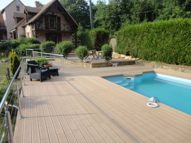 Exotická drážkovaná WPC bazénová terasa