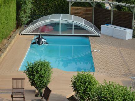 Exotická drážkovaná bazénová terasa