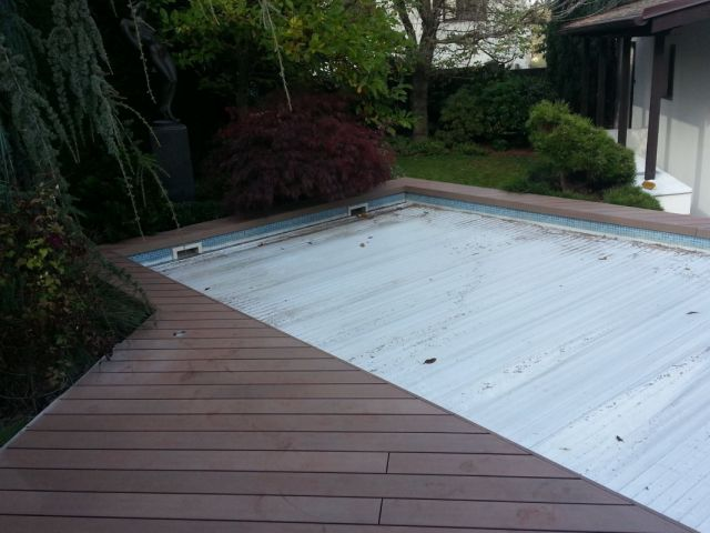 Nepravidelná WPC terasa u atypického bazénu