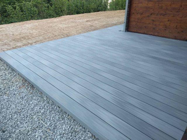 Středně žíhaná šedá terasa z dřevoplastu