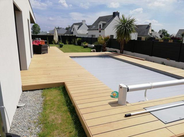 Světlá WPC terasa u bazénu