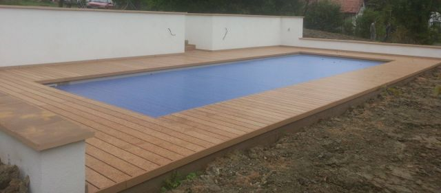 Terasa kolem bazénu z dřevoplastu, i na schodech a lavici