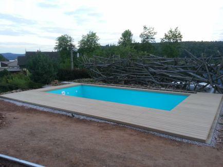 Terasa kolem bazénu se schody