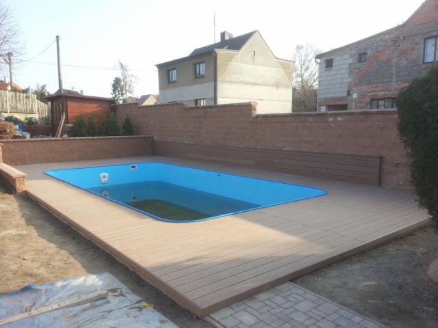 Terasa kolem bazénu vč. obložení zdi WPC prkny