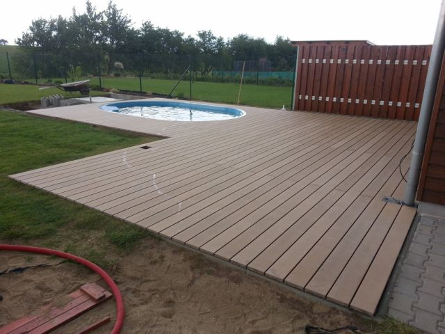 Dřevoplastová terasa kolem oválného bazénu