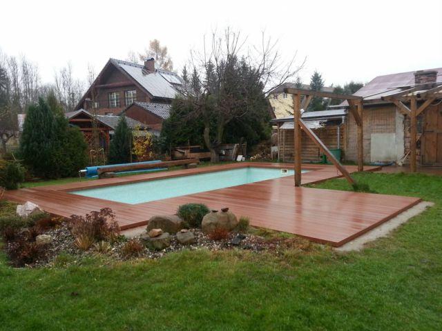 Dřevoplastová terasa kolem zděného bazénu