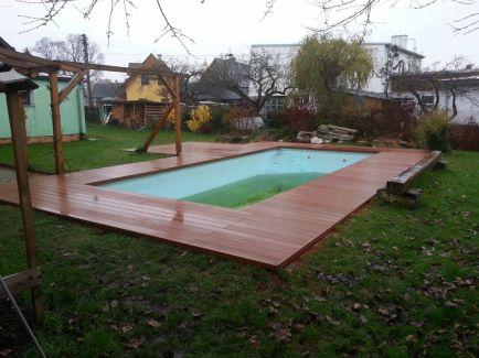 Terasa kolem zděného bazénu