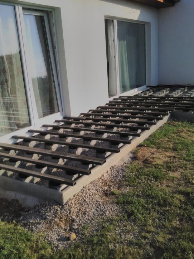 Tmavě hnědá WPC terasa ve tvaru L
