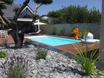 Velká terasa s dlažbou a bazénem